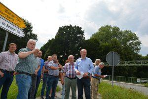 Bürgermeister Fritz Berends informiert die CDU-Mitglieder und Kandidaten über die geplante Baumaßnahme in Bathorn.